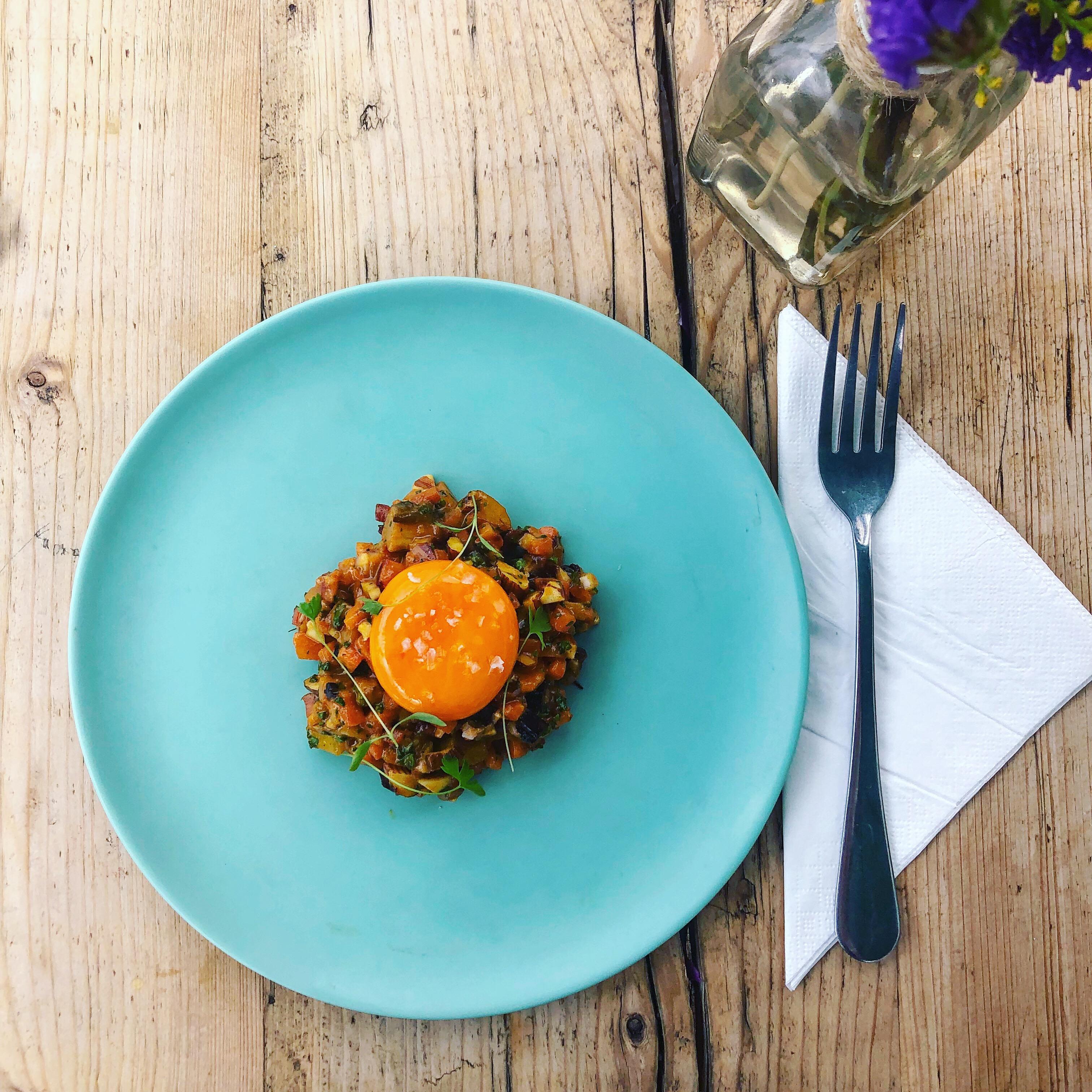 Tartar de morcovi colorați cu migdale afumate, miere și muștar